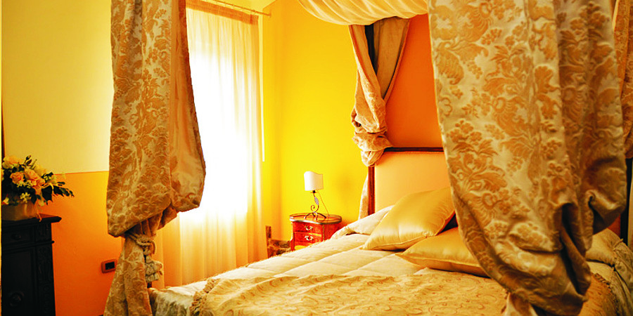 Campofiorito Agritourism - Rosa (Rose) Room - Romantic double bedroom with four-poster bed - Agriturismo Campo Fiorito - Via Dei Rocchi 190, 51015 - Monsummano Terme (PT) - Toscana - Italia