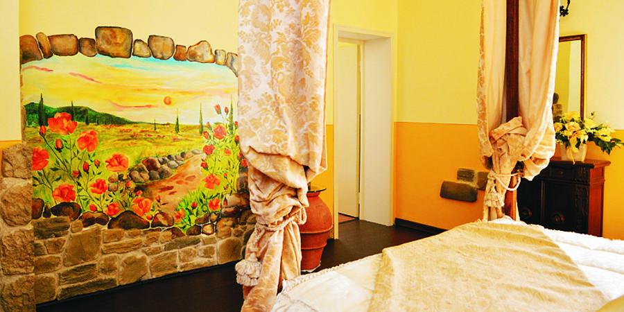 Campofiorito Agritourism - Rosa (Rose) Room - Double Dedroom - Decoration detail - Agriturismo Campo Fiorito - Via Dei Rocchi 190, 51015 - Monsummano Terme (PT) - Toscana - Italia